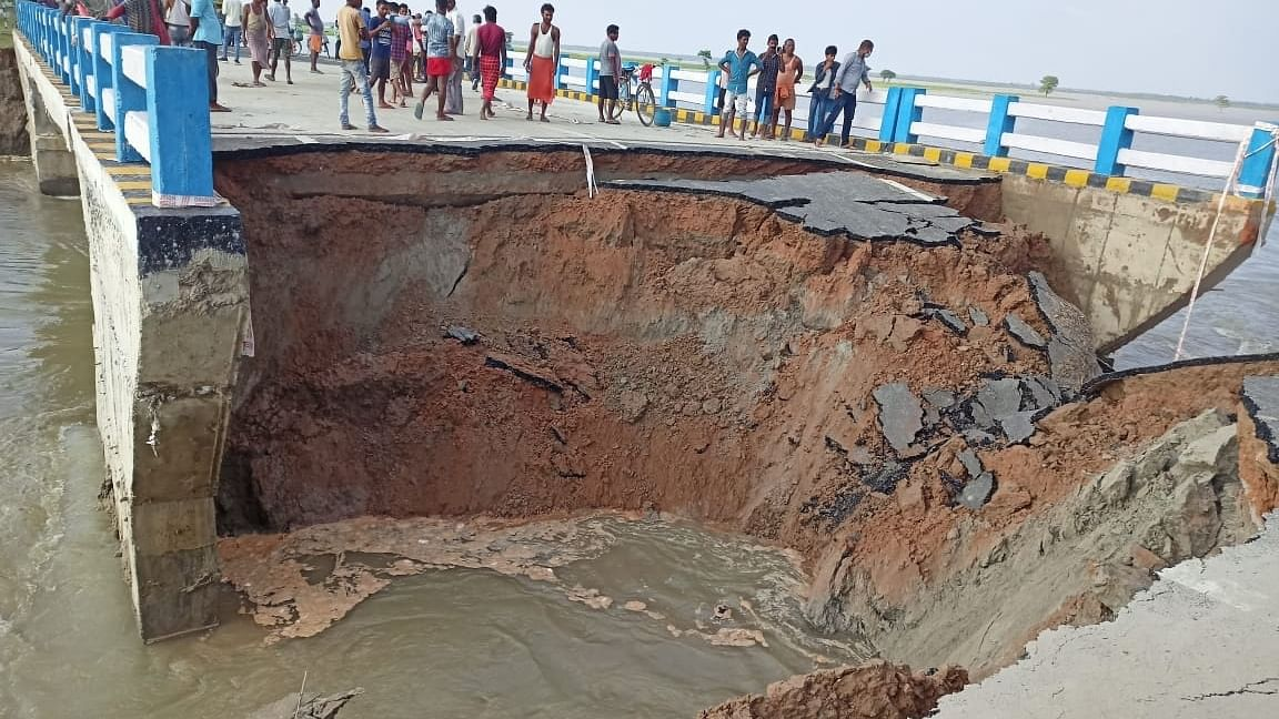 बिहार: मात्र 29 दिन में ढह गया 264 करोड़ का नीतीश सरकार द्वारा बनाया गया पुल, तेजस्वी और कांग्रेस ने कसा तंज