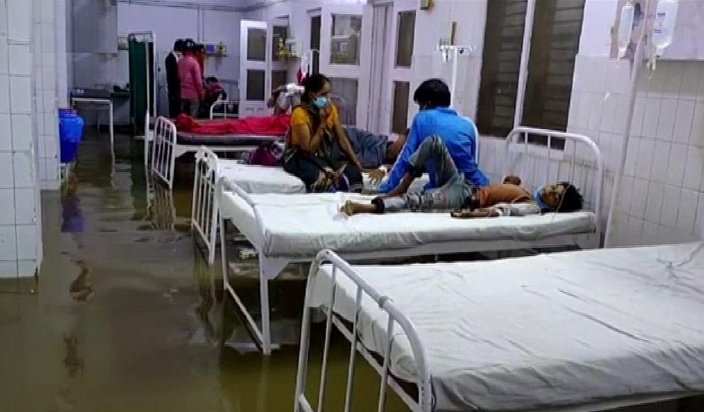 योगी राज में 'डूबती' स्वास्थ्य व्यवस्था! 'तैरते' मरीज, ये हाल महोबा के जिला अस्पताल का है, देखें तस्वीरें