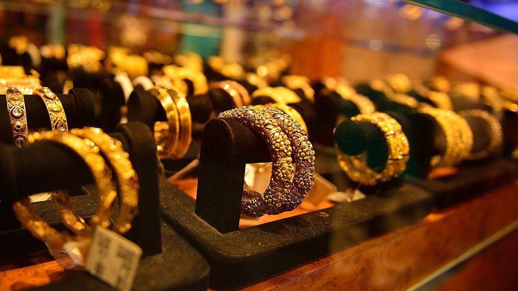 अर्थ जगत की 5 बड़ी खबरें: सोने की कीमत में एक बार फिर हुई गिरावट और जुलाई में इतनी फीसदी रही थोक महंगाई दर