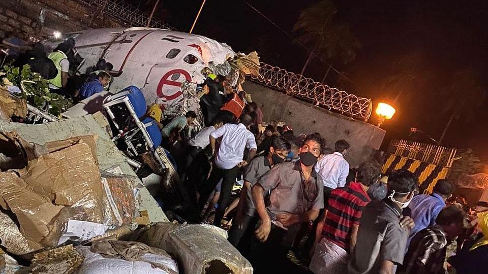 बड़ी खबर LIVE: कोझिकोड  विमान हादसे में 16 की मौत, सभी घायलों को पहुंचाया गया अस्पताल, बचाव का काम पूरा हुआ