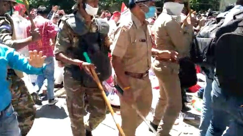 उत्तर प्रदेश: कोरोना के बीच नीट परीक्षाओं के खिलाफ समाजवादी पार्टी का प्रदर्शन, पुलिस ने किया लाठीचार्ज