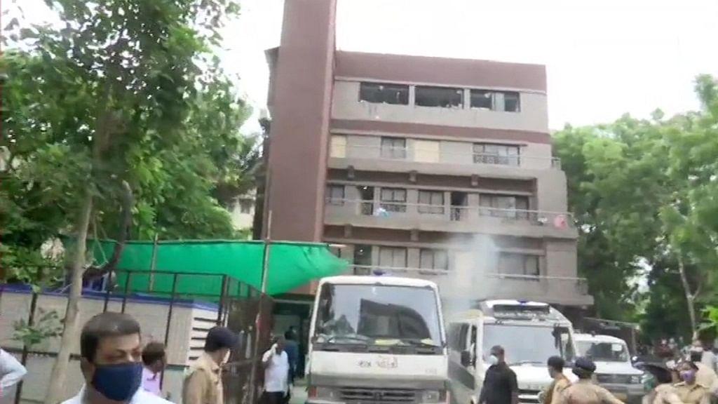 गुजरात: अहमदाबाद के कोविड अस्पताल में आग का तांडव, 8 मरीजों की दर्दनाक मौत