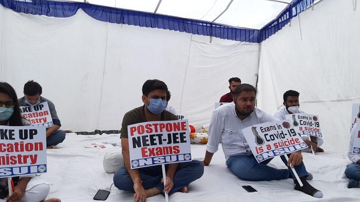 जेईई और नीट परीक्षा के विरोध में एनएसयूआई ने शुरू की भूख हड़ताल, परीक्षाओं को टालने की मांग