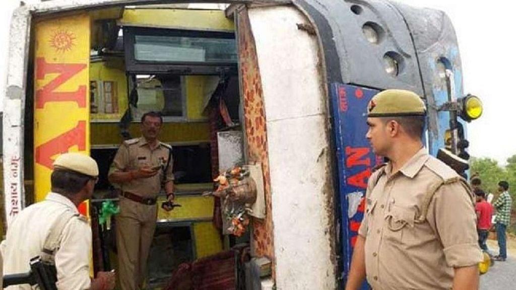 यूपी: इटावा में आगरा-लखनऊ एक्सप्रेसवे पर पलटी बस, 30 यात्री घायल, दिल्ली से बिहार के मधुबनी जा रही थी बस