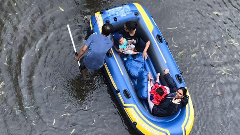 मुंबई का बारिश से बुरा हाल, कई इलाकों में जलभराव, यातायात ठप, लोग फंसे