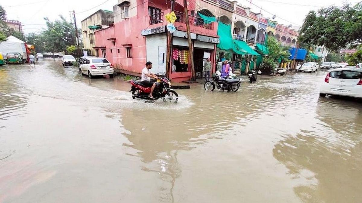 इंदौर की कई बस्तियों में भरा पानी, राहत और बचाव के लिए चलानी पड़ी नाव