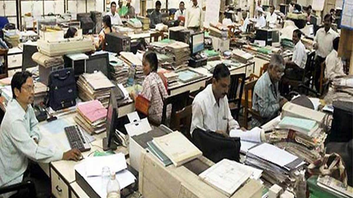 बेरोजगारों की बढ़ती संख्या से बेपरवाह सरकार, क्या सचमुच सरकारी नौकरी के दिन लद गए?