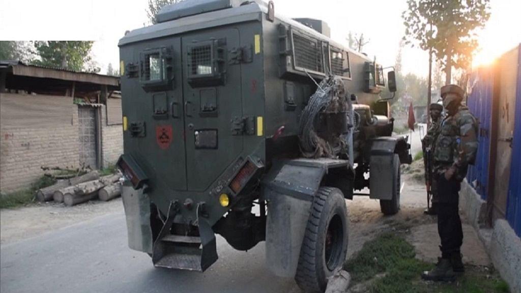 जम्मू-कश्मीर के पुलवाला में सुरक्षा बलों और आतंकियों के बीच मुठभेड़, कई आतंकवादियों के छिपे होने की खबर