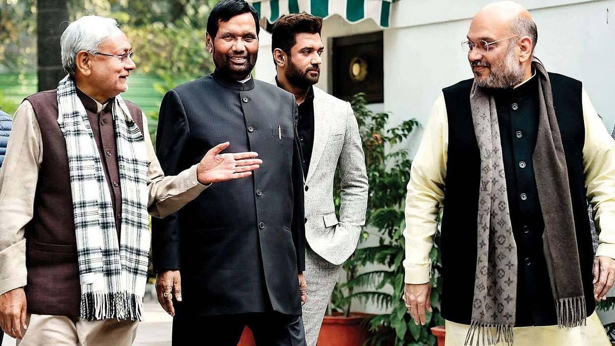 बिहार चुनाव से ऐन पहले एनडीए की टीम का हर खिलाड़ी एक-दूसरे की टांग खींचने में जुटा