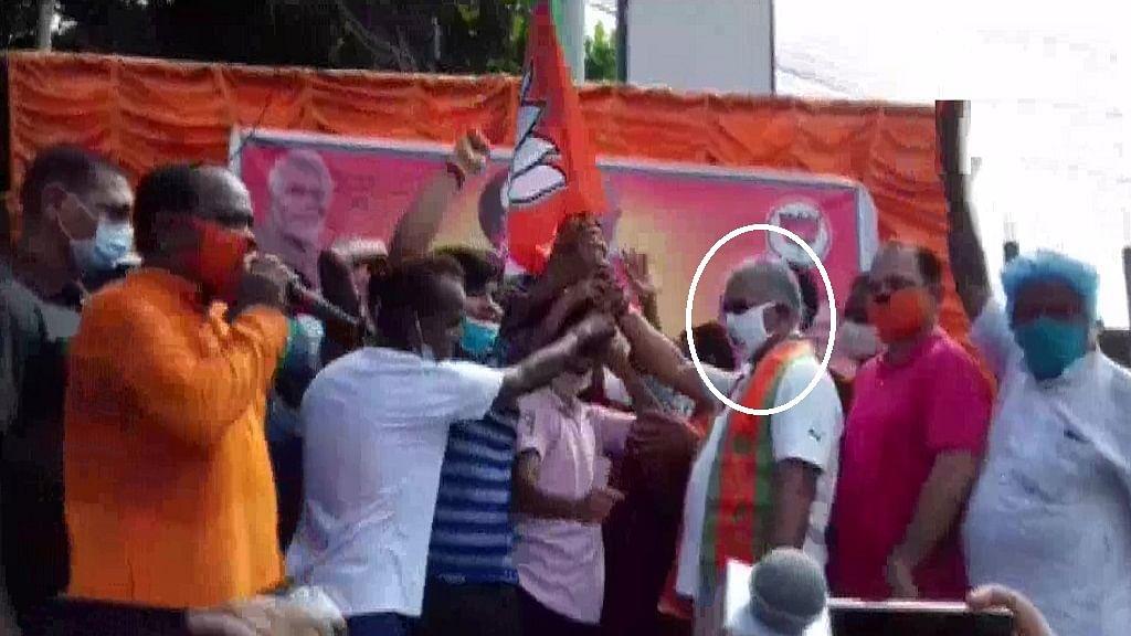 सामाजिक दूरी पर PM की अपील को बंगाल BJP अध्यक्ष ने दिखाया ठेंगा! कार्यक्रम में उड़ाईं सोशल डिस्टेंसिंग की धज्जियां