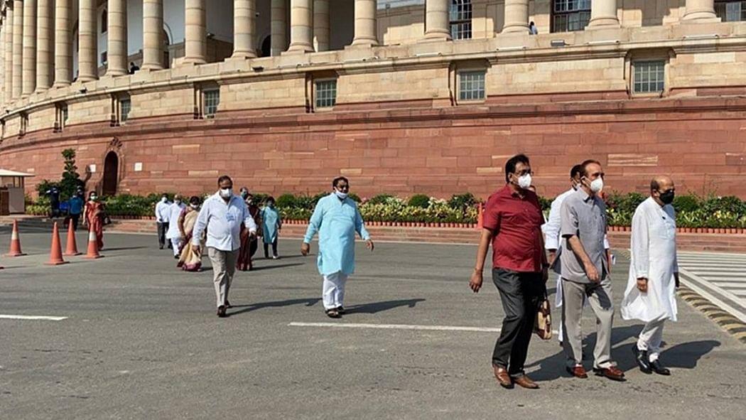 नवजीवन बुलेटिन: विपक्ष का राज्यसभा के सत्र के बहिष्कार का ऐलान और किसान बिल को लेकर राहुल का PM पर हमला