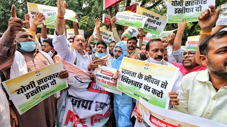 उत्तर प्रदेश में पीपीई किट घोटाले के खिलाफ कांग्रेस का प्रदर्शन, योगी पर लगाया आपदा को 'अवसर' बनाने का आरोप