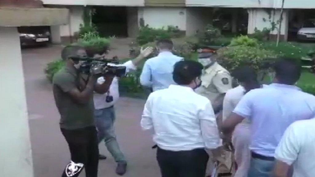 सुशांत केस में NCB का रिया, सैमुअल और शोविक पर शिकंजा, 'ड्रग्स कनेक्शन' मामले में घर तलाशी लेने पहुंची टीम