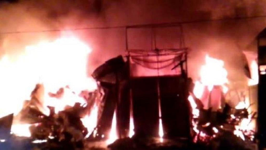 उत्तर प्रदेश के बरेली में आग का तांडव, 25 दुकानें जलकर राख, करोड़ों रुपये का माल स्वाहा!