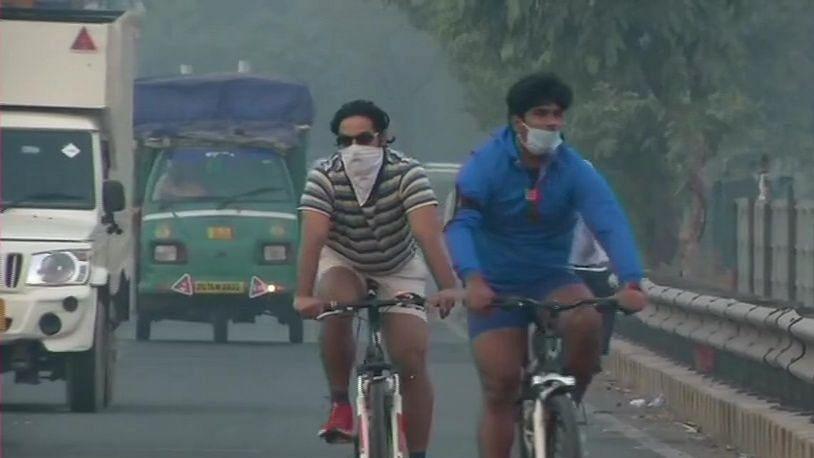 दिल्लीवासियों पर दोहरी मार, जहरीली हुई हवा, घरों में रहने को मजबूर हुए लोग