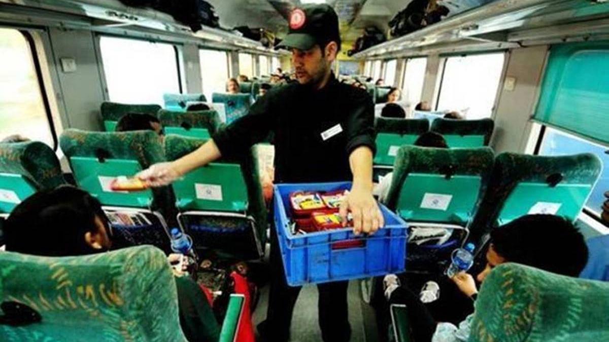 रेलवे ने तैयार की एक साथ 10 हजार लोगों को बेरोजगार करने की योजना, ट्रेनों से खत्म होंगी पैंट्री कार