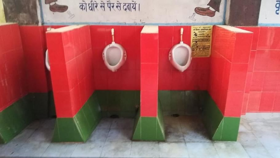 योगी के गृह जिले में रेलवे ने समाजवादी पार्टी के रंग में रंग दिए शौचालय, सड़कों पर उतरे सपाई