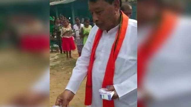 मध्य प्रदेश के मंत्री का वोटरों को नोट बांटते वीडियो वारयरल, वहीं बीजेपी उम्मीदवार ने मांगा कांग्रेस के लिए वोट
