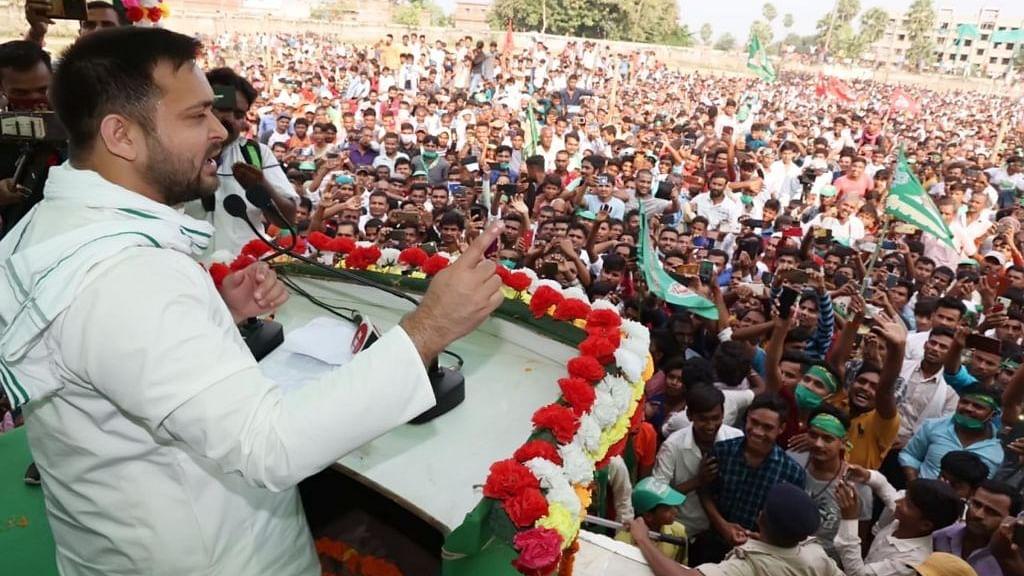 बिहार चुनाव: तेजस्वी यादव की हवा में उखड़ने लगे हैं नीतीश-मोदी के पैर, मुश्किल में जेडीयू-बीजेपी गठबंधन