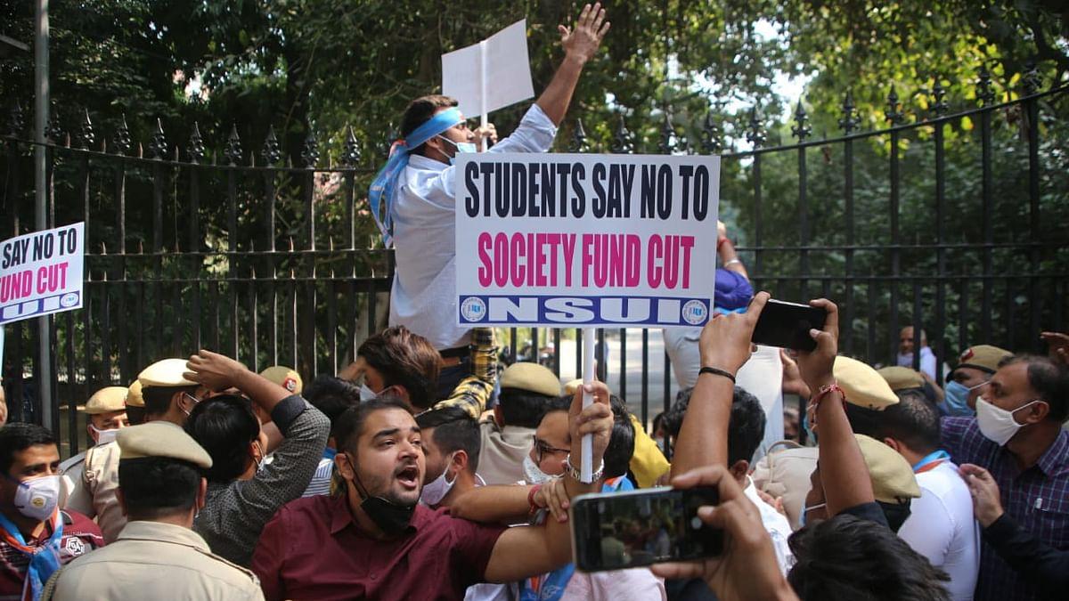 DU में छात्र समाज कोष से शिक्षकों और कर्मचारियों को वेतन देने का विरोध, NSUI ने किया प्रदर्शन