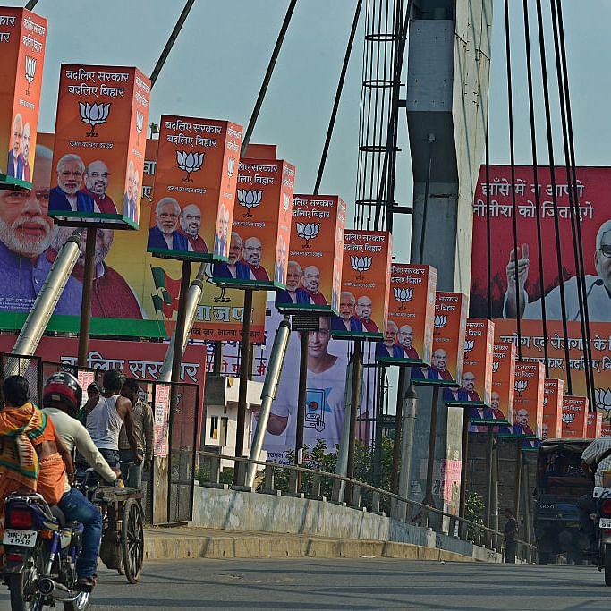 2015 चुनाव के दौरान बिहार की सड़कों पर लगे पोस्टर (फोटो : Getty Images)