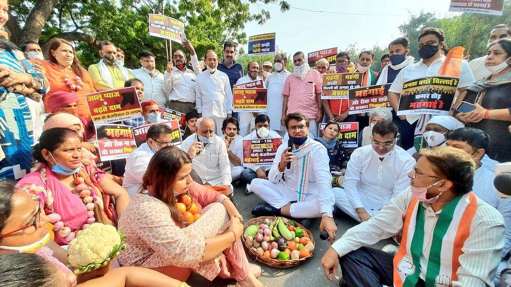 'कालाबाजारियों से केजरीवाल सरकार-केंद्र की सांठगांठ से बढ़ रही हैं कीमतें', दिल्ली कांग्रेस ने किया प्रदर्शन