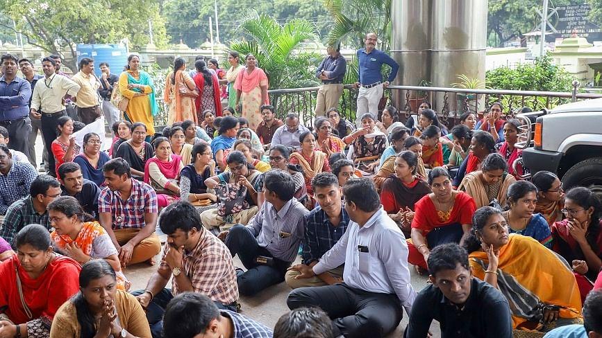 दिल्ली में सरकारी डॉक्टरों को वेतन के लाले, हिंदू राव के बाद कस्तूरबा अस्पताल के कोरोना वॉरियर्स हड़ताल पर