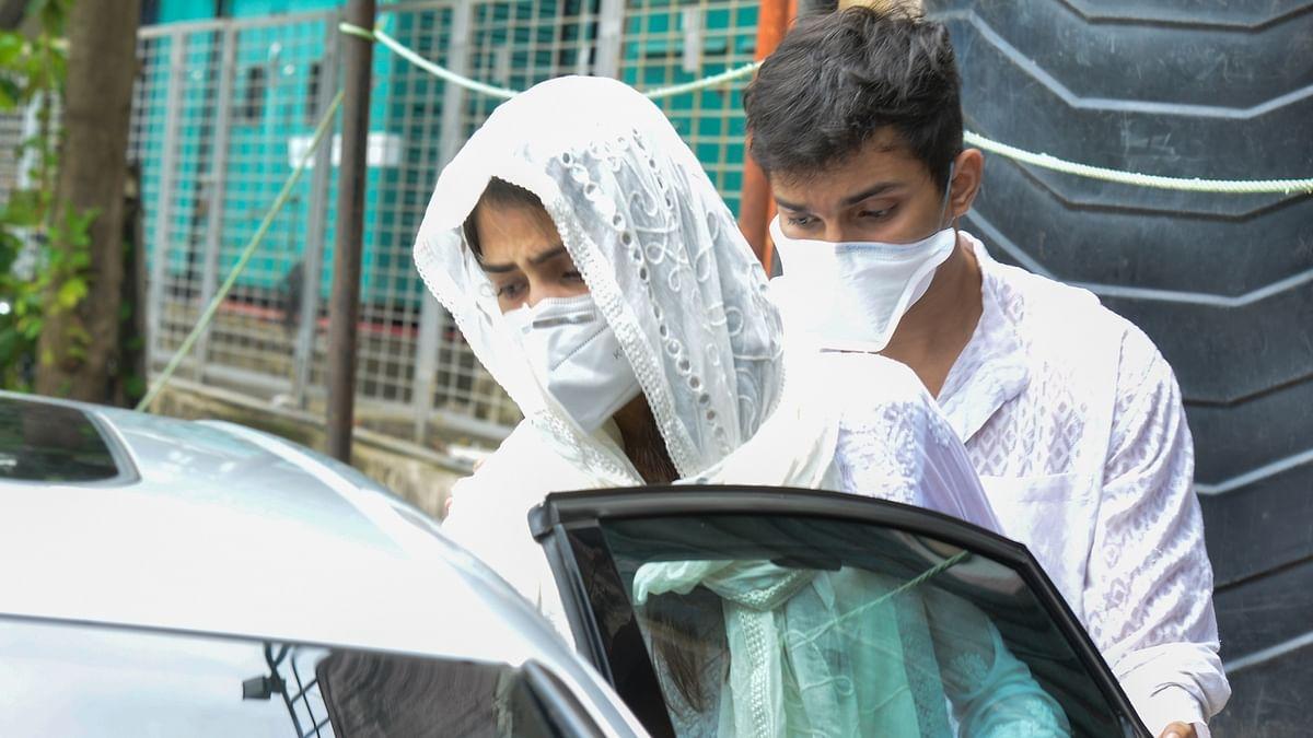 सुशांत मामला : रिया, शोविक को अभी जेल में गुजारनी होगी कई रातें, न्यायिक हिरासत 20 अक्टूबर तक बढ़ी