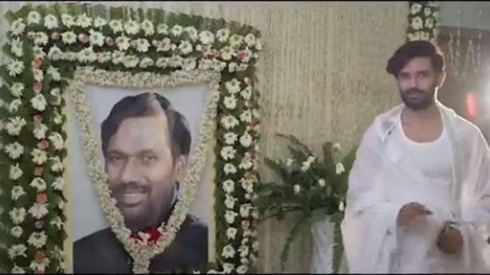 पिता रामविलास की अंत्येष्टि के बाद वीडियो शूट कर रहे थे चिराग, वायरल होने पर घिरे एलजेपी प्रमुख