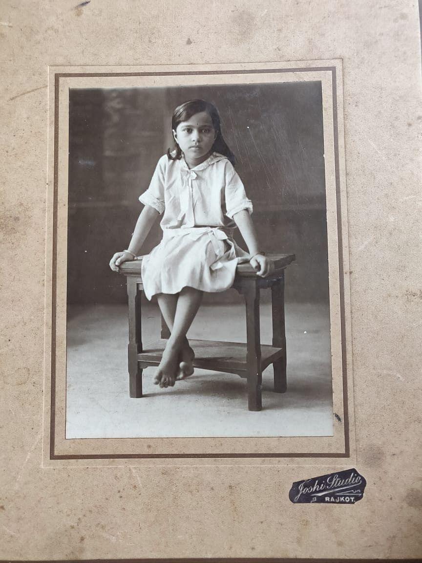 शिवानी जी की अनदेखी तस्वीर, यह तस्वीर राजकोट में  उस समय की है जब उनके पिता राजकोट में रहते थे