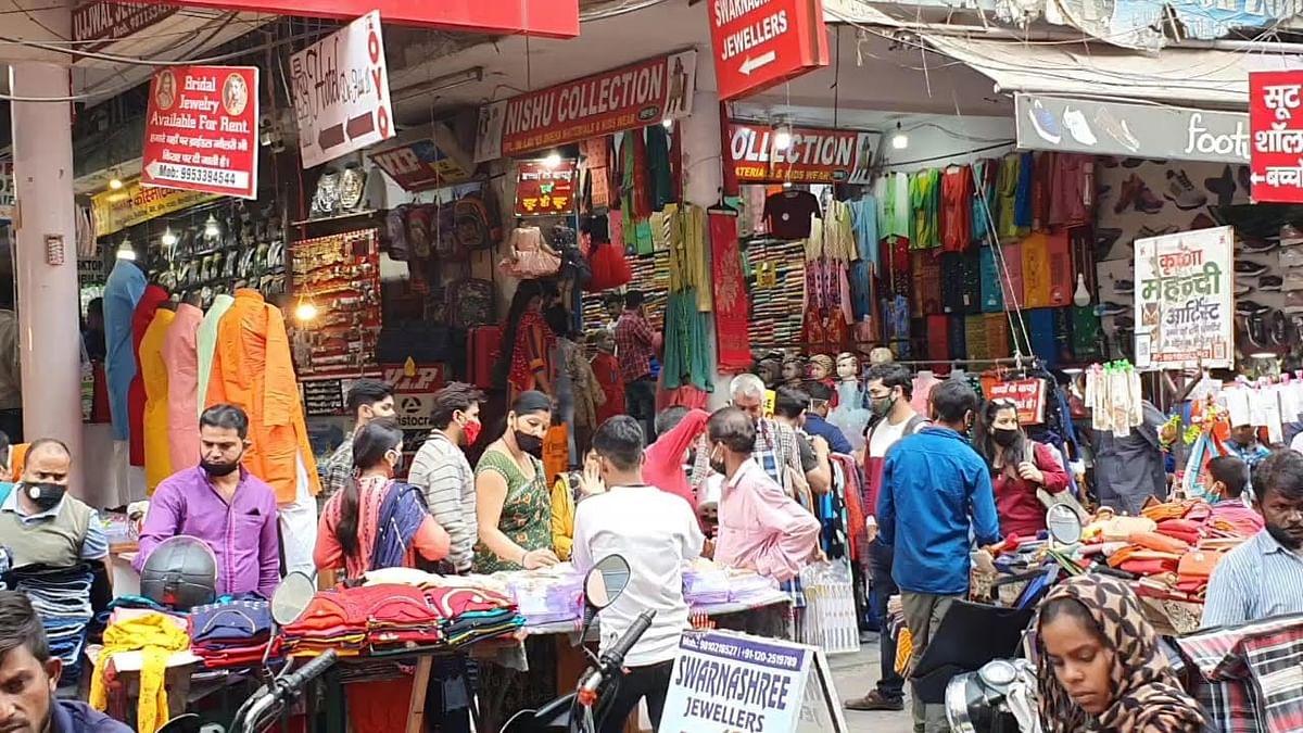 नोएडा के बाजारों में दिवाली की खरीददारी के लिए उमड़ी भीड़, त्यौहार की वजह से दो गज की दूरी की उड़ी धज्जियां