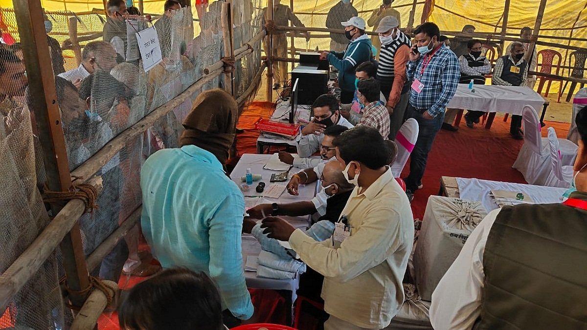 बिहार चुनाव: कभी भी पलट सकती है बाजी! करीब सवा सौ सीटों पर 3000 से 500 वोटों के अंतर से लड़ाई