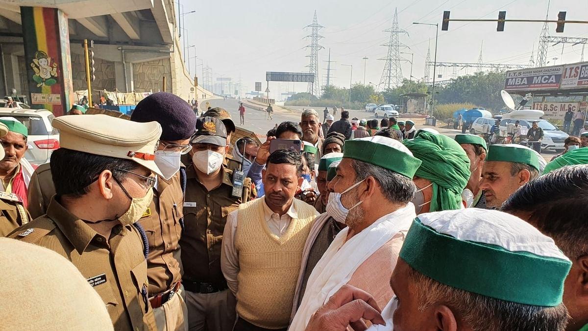 दिल्ली-गाजियाबाद बॉर्डर पर डटे यूपी से आए किसान बोले- बुराड़ी क्यों जाएं? गृह मंत्री शाह हमसे यहीं पर आकर करें बात