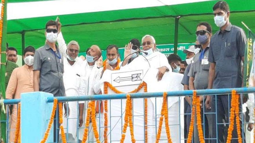 बिहार चुनाव: नीतीश की सभा में फिर हुआ हंगामा, मंच पर फेंके गए प्याज, सुरक्षा घेरे में दिया अपना भाषण