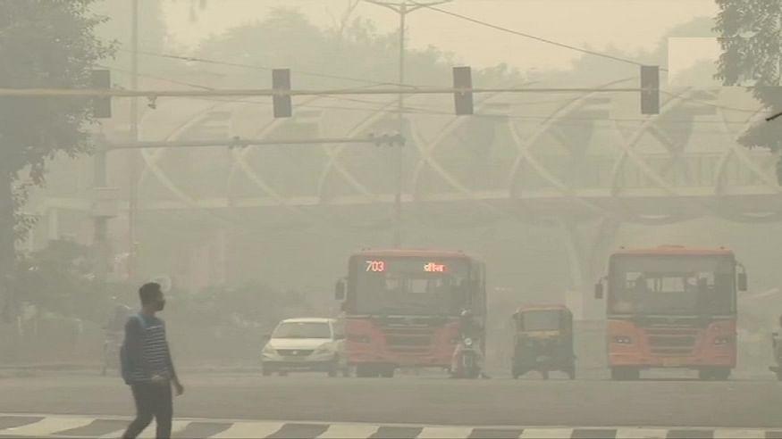 दिल्ली में दिवाली से पहले और दमघोंटू हुई हवा, शहर में छाई धुंध की मोटी चादर, सांस लेना हुआ दूभर!
