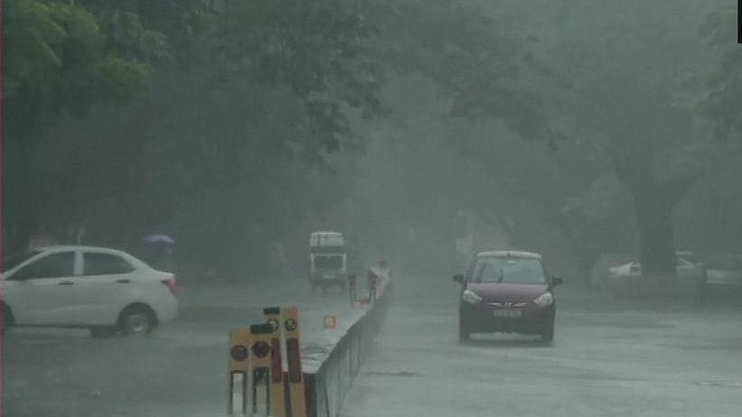 चक्रवात 'निवार' की आहट का दिखने लगा असर, तमिलनाडु-पुडुचेरी के कई इलाकों में शुरू हुई भारी बारिश, दहशत में लोग