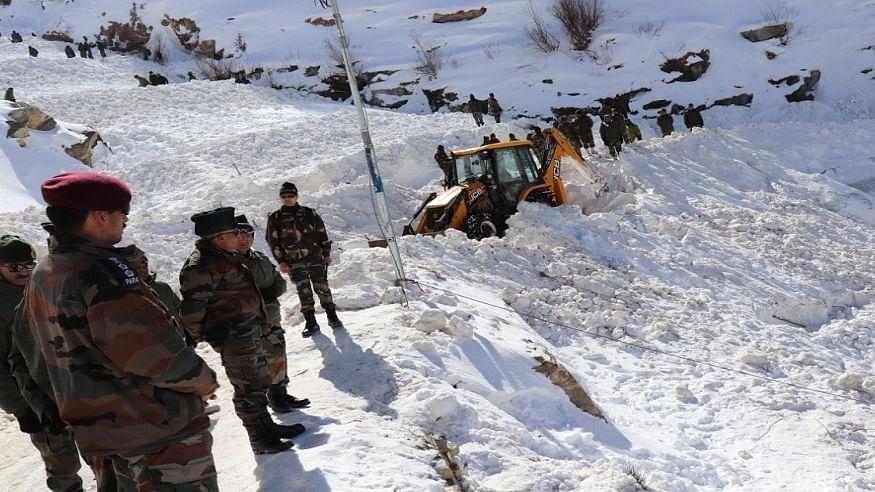 जम्मू-कश्मीर के कुपवाड़ा में हिमस्खलन की चपेट में आने से एक जवान शहीद, दो जवान घायल
