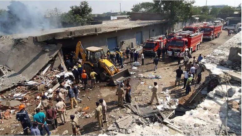 अहमदाबाद में कपड़ा गोदाम में आग के बाद भीषण धमाका, 9 लोगों की मौत, कई के दबे होने की आशंका