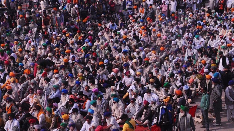 सिंघु बॉर्डर पर तेज हुआ किसान आंदोलन, मोदी सरकार के खिलाफ जमकर हो रही नारेबाजी