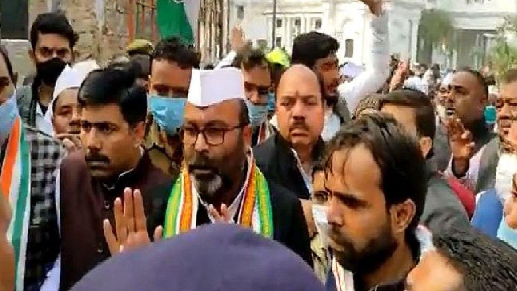गांधी प्रतिमा पर माल्यार्पण करने से रोके जाने पर उपवास पर बैठे अजय लल्लू, प्रियंका बोलीं- ये लोकतंत्र की हत्या है