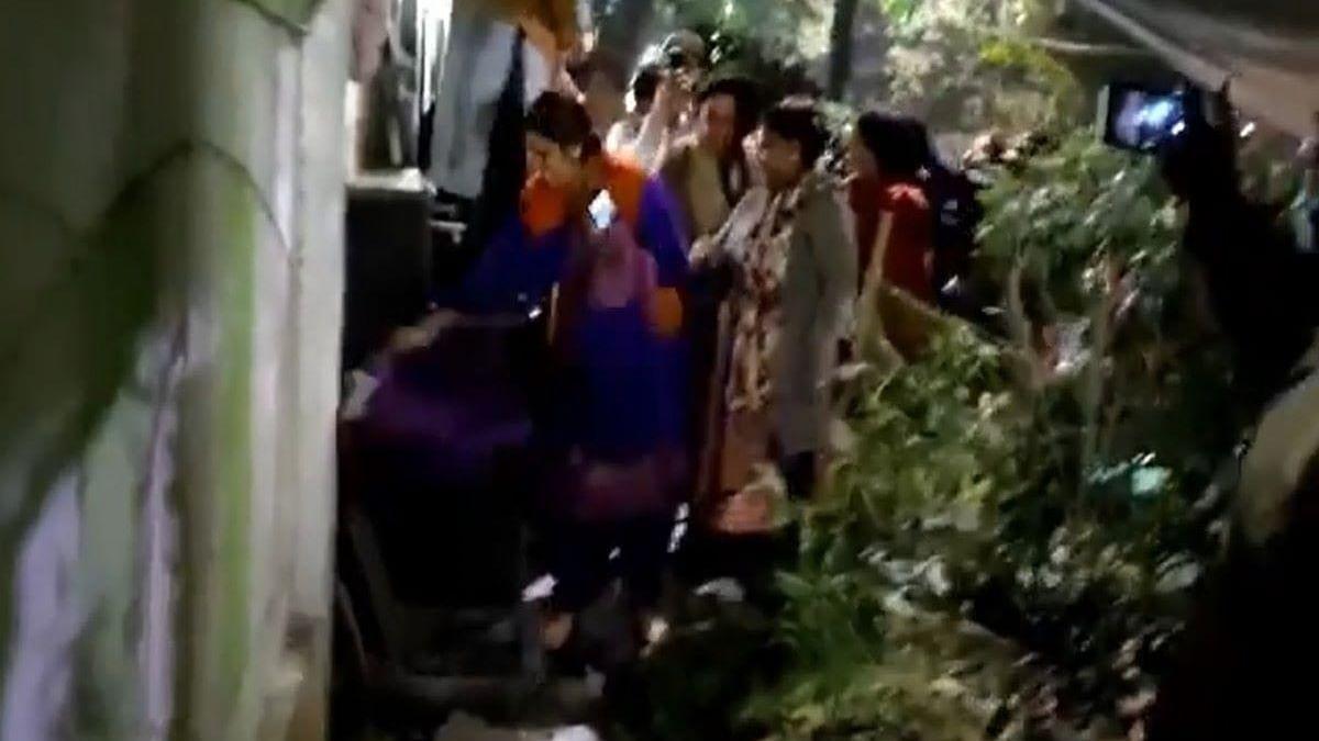 दिल्ली : सीएम हाउस के बाहर तोड़फोड़, बीजेपी कार्यकर्ताओं ने तोड़े सीसीटीवी कैमरे