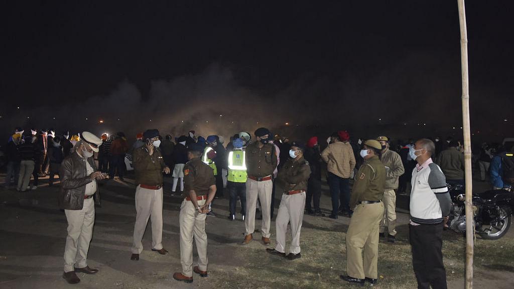 वीडियो: सिंघु बॉर्डर पर तैनात पुलिसकर्मियों को दिया जा रहा काढ़ा, कोरोना-ठंड से बचाने के लिए किए गए ये खास इंतजाम