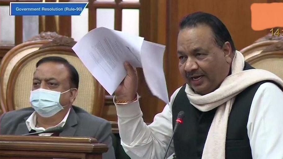 नए कृषि कानूनों को लेकर दिल्ली विधानसभा में हंगामा, AAP विधायकों ने फाड़ी कानून की कॉपी