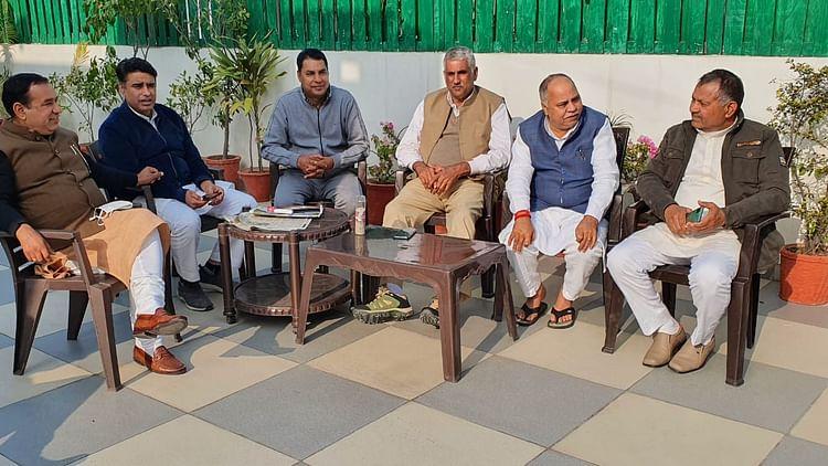 पंचकूला में बैठक करते हुए पांच निर्दलीय और जजपा विधायक जीगीराम सिहाग