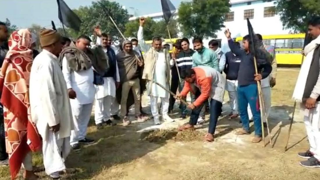 हरियाणा में किसानों ने खोद डाला दुष्यंत चौटाला के लिए बना हेलीपैड, रद्द करना पड़ा दौरा