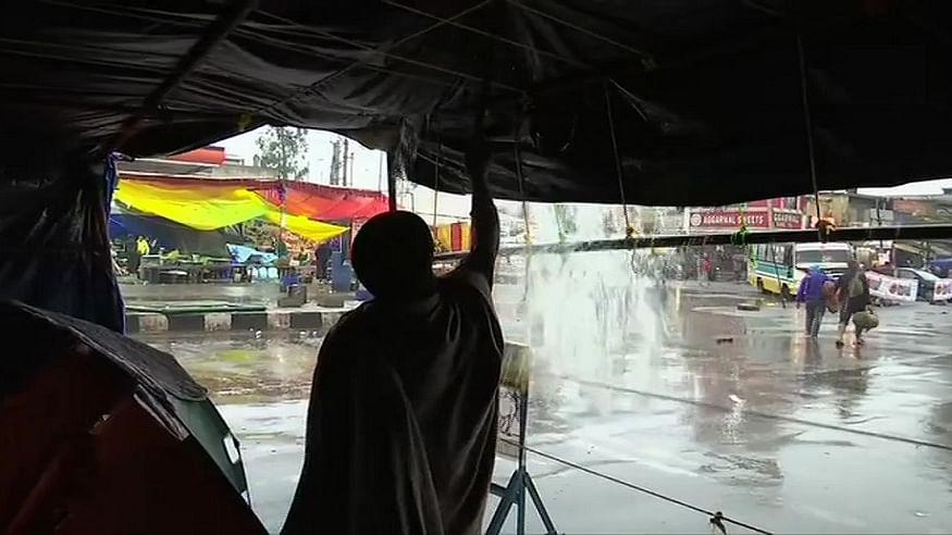 दिल्ली में बारिश से आंदोलन कर रहे अन्नदाता पर आफत! फिर भी किसानों के हौसले को डिगा नहीं पाई बरसात