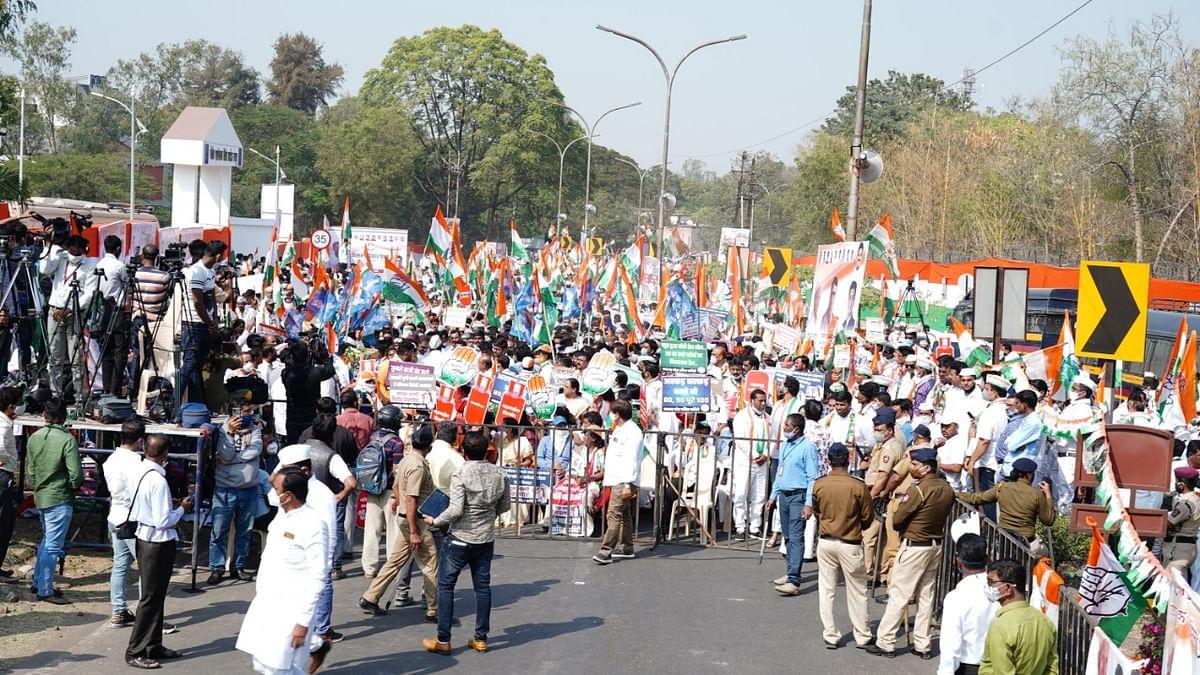 कृषि कानूनों के खिलाफ महाराष्ट्र कांग्रेस ने घेरा राजभवन, हजारों किसानों के साथ किया प्रदर्शन