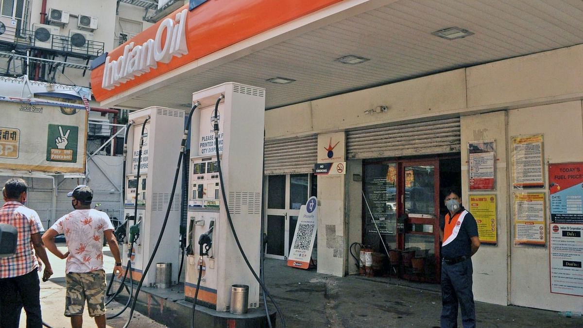 अर्थ जगत की 5 बड़ी खबरें: दिल्ली में रिकॉर्ड उंचे भाव पर पेट्रोल और शेयर बाजार लगातार दूसरे दिन टूटा