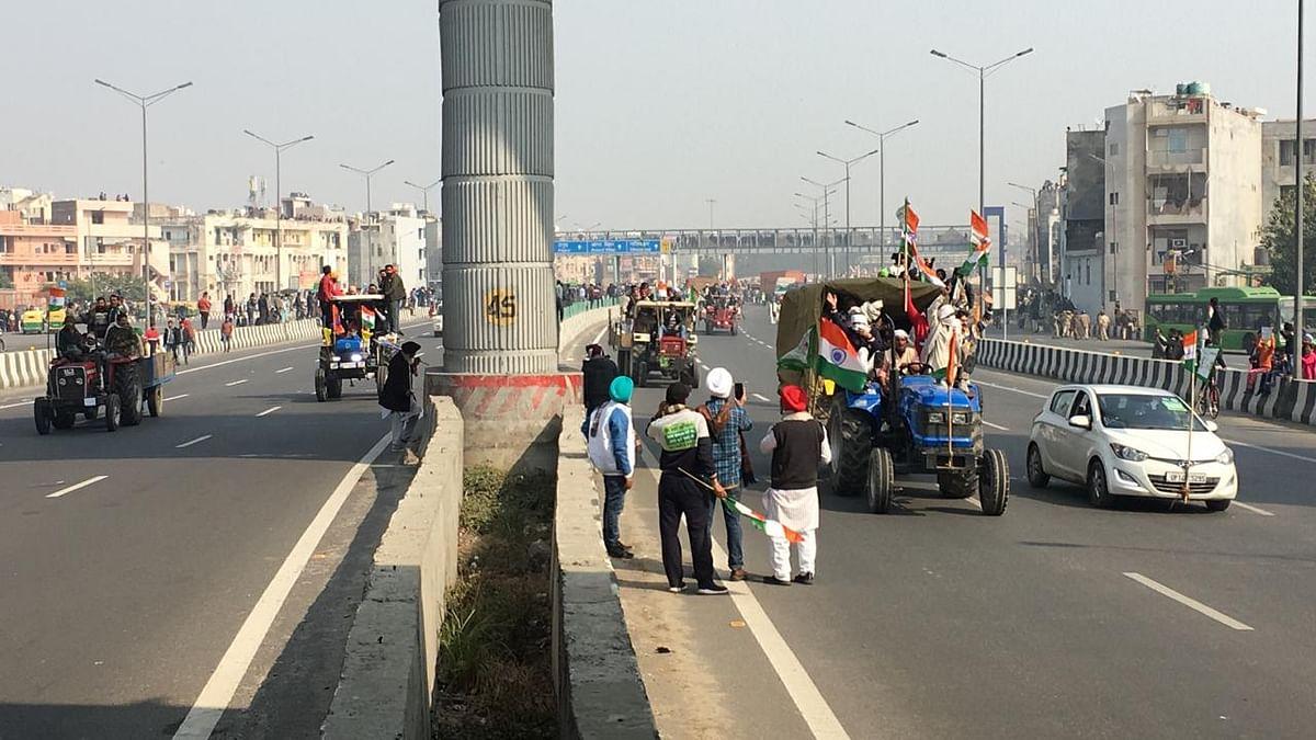 लाठीचार्ज के बाद दिल्ली में बिगड़े हालात! आश्रम के पास पुलिस ने सड़क किया ब्लॉक, कई जगह टकराव की स्थिति