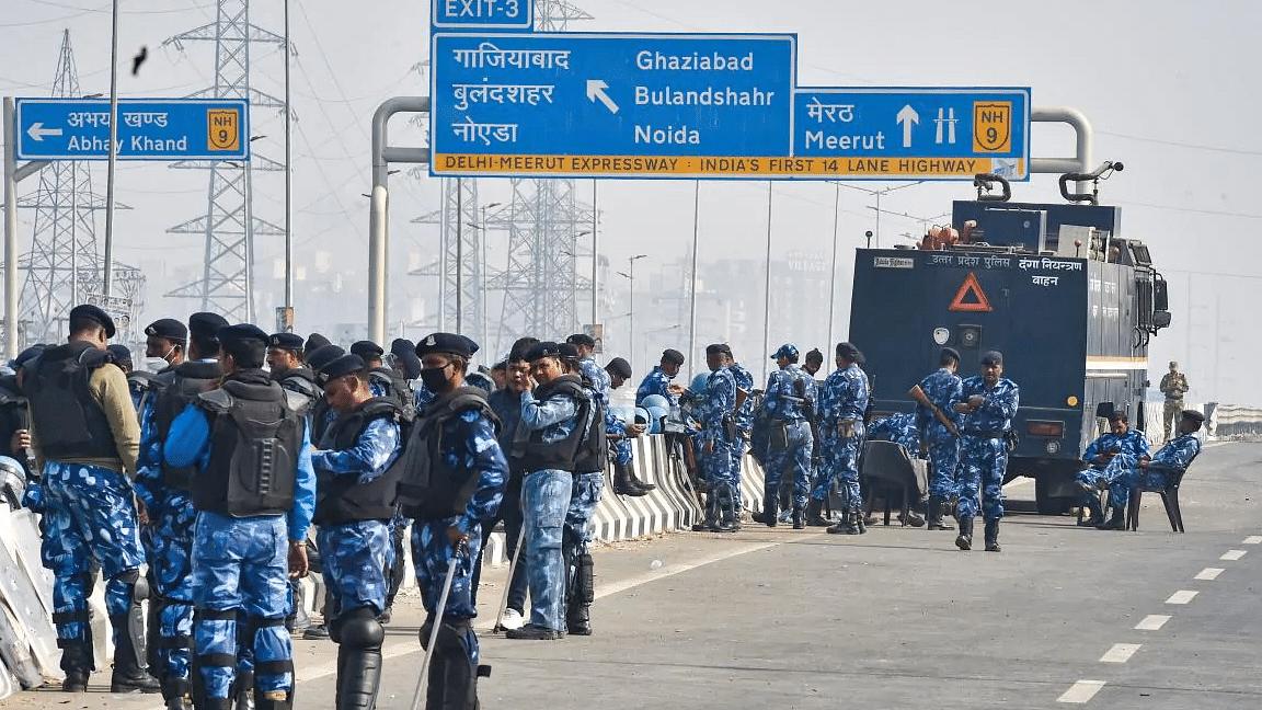 गाजीपुर बॉर्डर पर पुलिस और RAF के जवानों का भारी जमावड़ा, धरना स्थल खाली कराने की तैयारी, टिकैत बोले- भंग न हो शांति